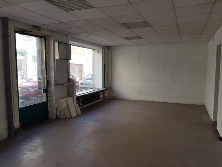 Local commercial à louer HERSERANGE - Réf. : 3206L HERSERANGE :  Rez-de-chaussée commercial avec grande vitrine composé de : - Espace magasin : 41 m2  - Réserve : 14,6 m2  - Cuisine meublée - Cave de 70m2 - Chaudière gaz.